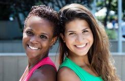 Femme heureuse d'afro-américain et de Caucasien photos libres de droits