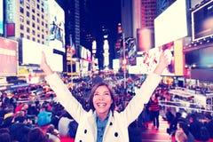 Femme heureuse d'amusement à New York, Times Square Photos libres de droits