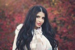 Femme heureuse d'automne en parc de chute, plan rapproché femelle de visage photos libres de droits