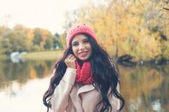 Femme heureuse d'automne sur le fond de parc de chute photographie stock libre de droits