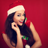Femme heureuse d'Ecxited avec la bouche ouverte semblant heureuse dans Noël c Images libres de droits