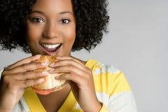 Femme heureuse d'hamburger Photographie stock libre de droits
