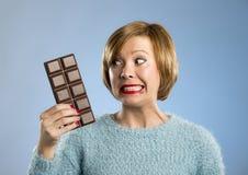 Femme heureuse d'intoxiqué de chocolat jugeant la grande bouche de barre expression enthousiaste souillée et folle de visage images libres de droits