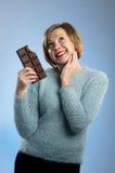 Femme heureuse d'intoxiqué de chocolat jugeant la grande bouche de barre expression enthousiaste souillée et folle de visage photos libres de droits