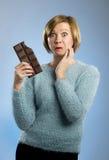 Femme heureuse d'intoxiqué de chocolat jugeant la grande bouche de barre expression enthousiaste souillée et folle de visage images stock