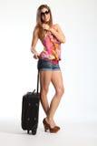 Femme heureuse dans des lunettes de soleil attendant avec la valise Photos stock