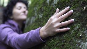 Femme heureuse dans l'amour détendant étreignant une pierre énorme Photographie stock libre de droits