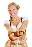 Femme heureuse dans l'offre de dirndl Images stock