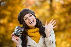 Femme heureuse dans l'ondulation d'automne Photographie stock libre de droits