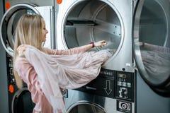 Femme heureuse dans la blanchisserie photographie stock libre de droits