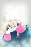 Femme heureuse dans la neige jugeant la boule de neige disponible pour lancer des boules de neige photo stock