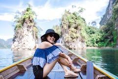 Femme heureuse dans le bateau de longue queue images stock