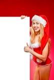 Femme heureuse dans le chapeau d'aide de Santa Photo libre de droits