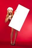 Femme heureuse dans le chapeau d'aide de Santa Image stock