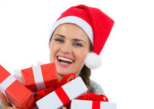 Femme heureuse dans le chapeau de Santa avec des cadres de cadeau de Noël Photos libres de droits