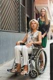 Femme heureuse dans le fauteuil roulant Photo stock