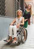 Femme heureuse dans le fauteuil roulant Photos libres de droits