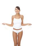 Femme heureuse dans les sous-vêtements jouant avec la corde à sauter images stock