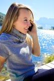 Femme heureuse dans les vacances dans les alpes italiennes parlant au téléphone Photo stock