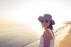 Femme heureuse dans lunettes de soleil drôles Image libre de droits