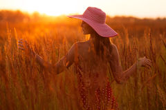 Femme heureuse dans un chapeau de l'herbe de pré Photos libres de droits