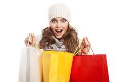 Femme heureuse de achat tenant des sacs Ventes d'hiver photos stock