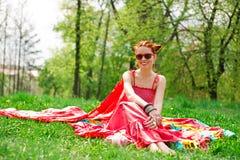 Femme heureuse de Beautifull jeune sur l'herbe verte d'été Photographie stock libre de droits