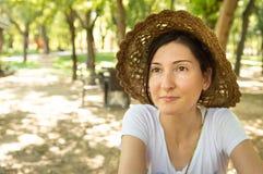 Femme heureuse de brune appréciant l'été dans une aire de loisirs photos libres de droits
