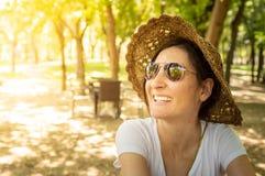 Femme heureuse de brune appréciant l'été dans une aire de loisirs photographie stock libre de droits