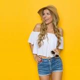 Femme heureuse de cri en Straw Hat Image libre de droits