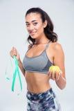 Femme heureuse de forme physique tenant la pomme et le type de mesure photographie stock libre de droits