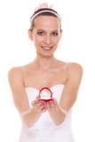 Femme heureuse de jeune mariée montrant la boîte de bague de fiançailles Image libre de droits