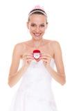 Femme heureuse de jeune mariée montrant la boîte de bague de fiançailles Photographie stock libre de droits