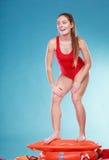 Femme heureuse de maître nageur sur la balise d'anneau de délivrance Images stock