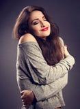 Femme heureuse de maquillage avec le rouge à lèvres rouge s'étreignant avec le natura Photo libre de droits