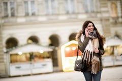 Femme heureuse de mode à l'aide d'un téléphone intelligent sur la rue photos libres de droits