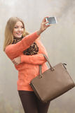 Femme heureuse de mode en parc prenant la photo de selfie Photos stock