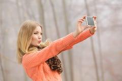Femme heureuse de mode en parc prenant la photo de selfie Images stock