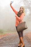 Femme heureuse de mode en parc prenant la photo de selfie Photos libres de droits