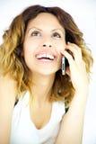 Femme heureuse de sourire au téléphone complètement de la joie Photo libre de droits