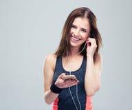 Femme heureuse de sports avec le smartphone photographie stock libre de droits