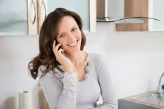 femme heureuse de téléphone portable Photo stock