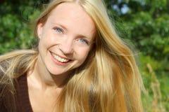 Femme heureuse dehors Photographie stock libre de droits