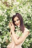 Femme heureuse dehors dans le jardin de fleurs d'été de fleur Photos libres de droits