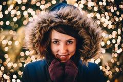 Femme heureuse devant l'arbre de Noël photographie stock libre de droits