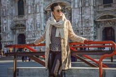 Femme heureuse devant le Duomo à Milan, Italie regardant de côté Photos stock