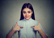 Femme heureuse dirigeant des doigts à elle-même, il est moi ! ? Photographie stock