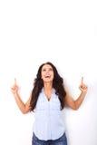 Femme heureuse dirigeant des doigts dans l'excitation photo stock