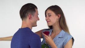Femme heureuse embrassant son ami affectueux, tenant une fleur il l'a donnée clips vidéos