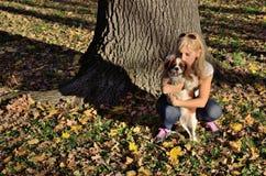 Femme heureuse embrassant son chien Photographie stock
